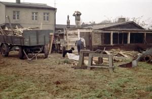 Eines der Häuser der Lazarus-Siedlung, die für die Neubauten abgerissen wurden. Die Bewohner selbst mussten das Gelände von im Lauf der Jahre aufgebauten Remisen und Hütten räumen.