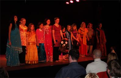 Die Tänzerinnen von Bollywood mit ihrer Lehrerin Madlen Werner (Mitte)