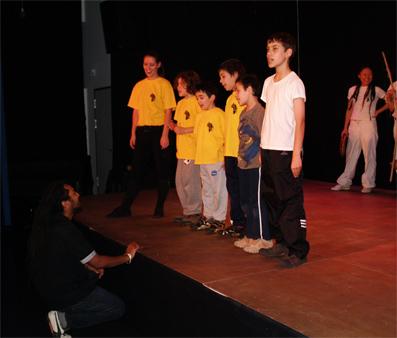 Die jungen Capoeira-Tänzer erwidern im Gesangsspiel auf Mestre Rosalvo