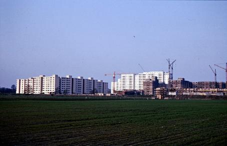 Blick über noch unbebaute Felder auf die Wissell-Siedlung