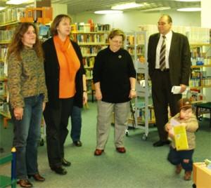 """Bezirksstadtrat Hanke, Frau Buske, Frau Schmidt und Frau Schulze-Dau (von rechts nach links) vorne rechts der kleine """"Manuskriptdieb"""""""