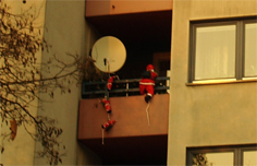 ... und diese kletternden Weihnachtsmänner gibt es nur ein paar Häuser weiter