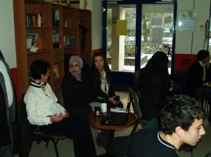 von rechts nach links: die Macherinnen von DAF, Denise und Tiba neben der Jurychefin Frau Hirschfelder von der Polizei