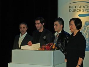 Hakan Tacs vom Migrationsrat, Can Akca Projektleiter Bolzplatzliga, Murat Ögenc Staffelbetreuer und Carola Bluhm Sozialsenatorin (v. links nach rechts)