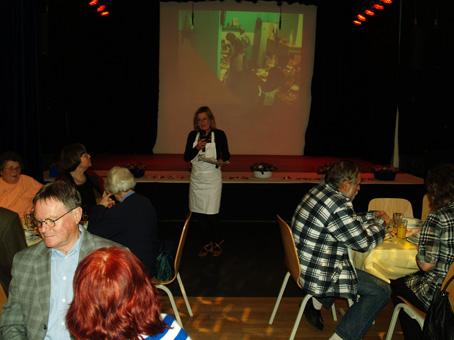 Bei der ersten Ansprache Petra Sperling vom Gemeinwesenverein, im Hintergrund die Liveübertragung aus der Küche