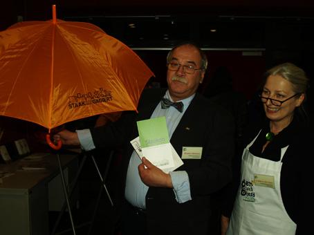 """Alle Gäste und auch das Küchenpersonal erhielten zum Schluss noch die neue Broschüre über unseren Stadtteil sowie einen """"staakENgagierten"""" Regenschirm (Konrad Birkholz und Cornelia Dittmar vom QM-Team)"""
