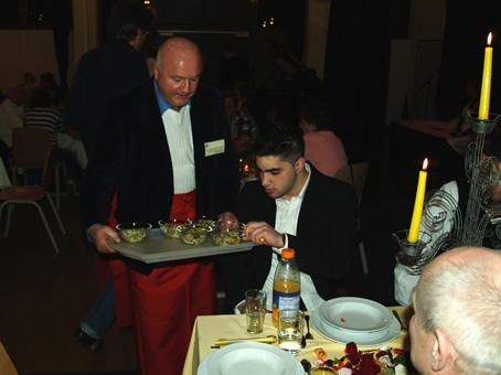 Dr. Löhnert vom Paritätischen Wohlfahrtsverband serviert die Suppeneinlage
