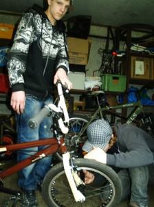 Die erfahrenen Cracks des Vereins machten zuerst die Bikes fit und gaben viele Tipps für Pflege und Reparatur