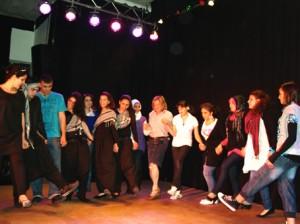 Spontan wurden Besucherinnen mit auf die Bühne geholt um gemeinsam zu tanzen
