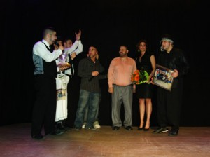 Die jungen Macher/innen der Talentshow bedanken sich bei Thaer El-Jomaa für die Unterstützung