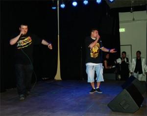 Usut Almali und Esat Musliji brachten mit ihrer kraftvollen Rap-Battle aus Siemensstadt den Saal in Bewegung und bekamen Antwortl