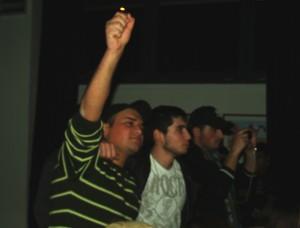 Bei Onur Bülbüls gefühlvollem Auftritt  sangen viele mit und die Feuerzeuge glimmten