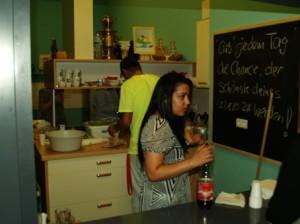 In der Pause versorgten die Jugendlichen die Gäste mit Getränken und leckeren Falaffel