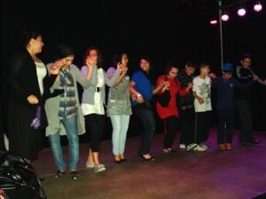 Vom vorherigen Tanzauftritt animiert verkürzen sich Gäste die Wartezeit während der Jurytagung mit Tänzen auf der Bühne