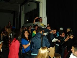 Der Sieger des Wettbewerbs Aleks Pook wird von seinen Fans zur Preisverleihung getragen