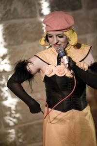 """Sie führt durch den Abend mit den """"Stage Diven"""": Bartuschka (Moderation Mime Comedy) mit dabei, Ladykay (Rap), Madlen (Bollywood) Sarah Schmidt (Texte)"""