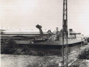 """""""Lernt fliegen"""" diese Aufforderung kam zu spät für den Flugschüler der die Maschine auf den Schuppen der Flugschule absetzte"""