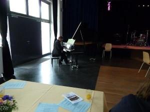Pfarrer Hasselblatt von der evangelischen Gemeinde unseres Stadtteils unterhielt am Klavier zwischen den Vorträgen und Statements