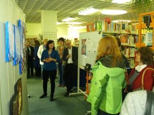 Hanna Funk führt durch ihre Ausstellung