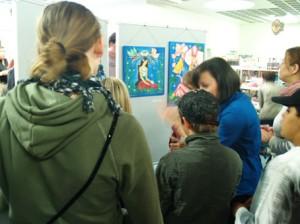 Vor allem die jungen Gäste wurden von den märchenhaften Bildern Hanna Funks inspiriert und belegten noch am Eröffnungsabend einen Tisch um dort zu malen