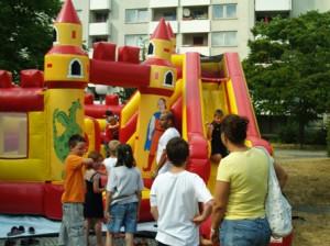 Merkwürdig: aber für die Kleinen ein Ort der Erholung nach den Bewegungsspielen, die Hüpfburg