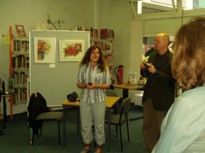 Regina Schulze-Dau begrüßt die Besucher der Ausstellungseröffnung