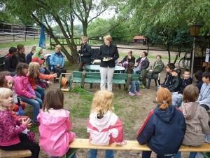 Petra Wiese inmitten der Sommerferienkinder von Amalienhof- und Morgenstern-Grundschule