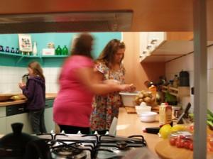 """Und am Ort der """"Kulinarischen Weltreise"""" in der Küche des Kulturzentrums GEMISCHTES musste jede Gruppe einen Salat für das abendliche kleine Grillfest für alle Teilnehmer schnippeln und anrichten."""
