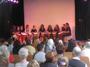 Sie brachten gleich den richtigen Rhythmus in den Sonntagnachmittag, die Trommelgruppe der Christian-Morgenstern-Grundschule