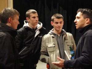 Fadi Saad im Gespräch mit jungen Besuchern