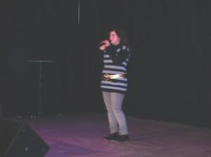 Die mit 12 Jahren jüngste Teilnehmerin Raiyyan aus der Maulbeerallee hatte die schwere Aufgabe als Erste auf der Talentbühne aufzutreten.zu
