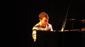 Vielbeschäftigt an dem Abend der Talente war Gino Aliji aus unserem Stadtteil, der nicht nur seinen eigenen Auftritt mit Klassik und heutiger Filmmusik bravourös bewältigte sondern auch weitere junge Künstler/innen am Klavier begleitete
