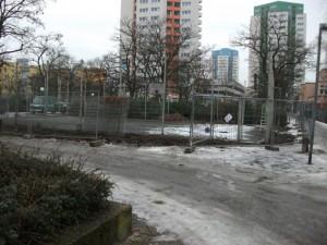 Der marode Bolzplatz wird abgerissen. Stattdessen werden hier gegenüber dem Gemeinwesenzentrum Seniorengärten entstehen