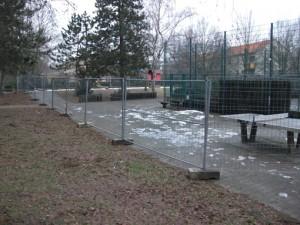 Schon eingezäunt, die Baustelle für den Jugendort mit Doppelbolzplatz. Daneben die Familienflächen