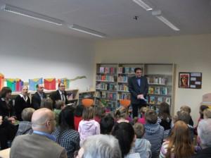 Bernd Jaeke, der Schulleiter der Grundschule, begrüßt die großen und kleinen Gäste der Feierstunde und richtet Dankesworte an die Mitarbeiter/innen der Hauptjugendbibliothek, des Quartiersmanagements und des Bezirksamtes