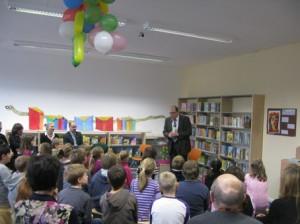 Bildungsstadtrat Hanke steht es zu die neuen Räume feierlich als eröffnet zu erklären.