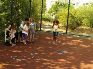 Junge Ehrenamtliche als Betreuer beim Sportfest für Kinder