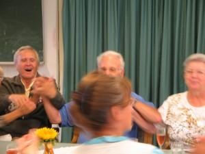 """Viel Spaß im """"Café Express"""" haben auch die ehrenamtlichen Helfer"""
