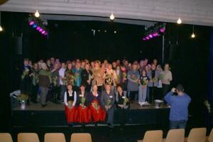 Alle vereint auf der Bühne: die jungen Musiker, Tänzer und Zauberer, die geladenen Ehrenamts-Gäste und im Vordergrund ehrenamtliche Hauptamtliche vom Service