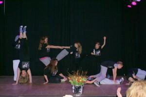 Tanz mit akrobatischen Einlagen führte die Tanzgruppe vom KiK, unter ehrenamtlicher Leitung von Gina, vor