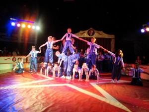 In zwei klassen- und altersübergreifenden Trainingsgruppen mit je rund 200 Kindern wurde für die Zirkusvorstellungen geübt