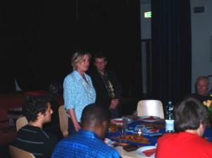 Petra Sperling und Pfarrer Hasselblatt begrüßen die Gäste aus Nah und Fern
