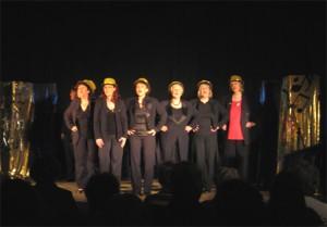 Die 8 Damen des Kabarett Korsett auf der Bühne des Gemischtes - Foto Scholz-Thies