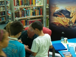 Der Autor Tilo Sandner von Autogrammjägern umringt