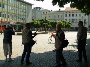 Vier Männer und ein Fahrrad auf dem Markt