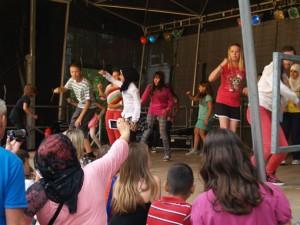 Dem folgten vier Stunden buntes Programm mit viel Musik und Tanz von Schulklassen und Gruppen aus dem Stadtteil