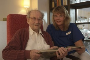 Zusammen mit einem Gast, die Leiterin der Krankenwohnung Angela Nielbock