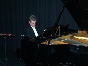 ... einen Pfarrer am Klavier ...