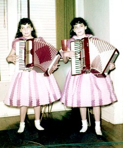 Terrie_and_Jennie_Frankel_Foto Twins of Sedona_1958 _wikimedia Creative Commons
