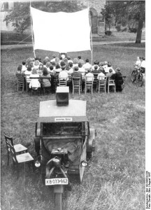 Bundesarchiv_Bild_183-N0624-336,_Prieros_Wanderkino_Wikimedia Commons